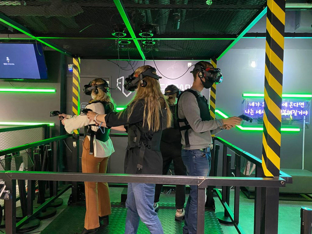 사람, 서있는, 남자, 녹색이(가) 표시된 사진  자동 생성된 설명