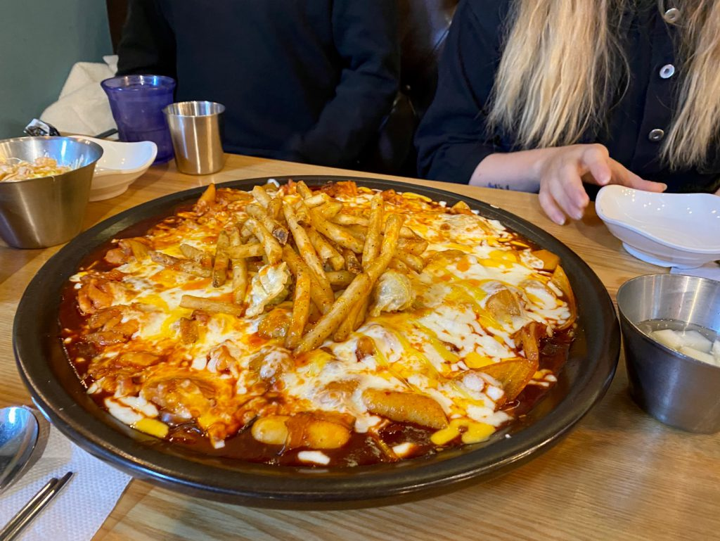 사람, 테이블, 음식, 피자이(가) 표시된 사진  자동 생성된 설명